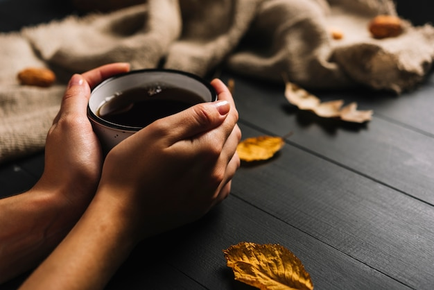 Blätter nähern sich den erntehänden mit getränk