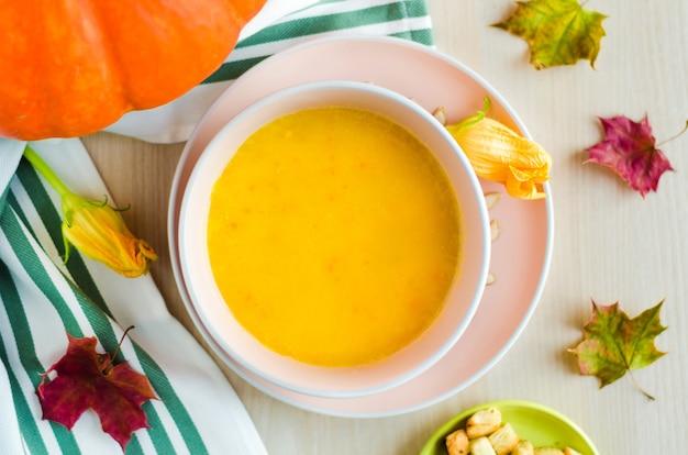 Blätter und cremige kürbissuppe