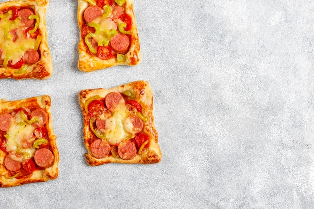 Blätterteig-mini-pizza mit würstchen.