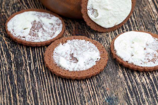 Blätterteig mit cremiger füllung mit vanillegeschmack, süße kekse mit milchfüllung