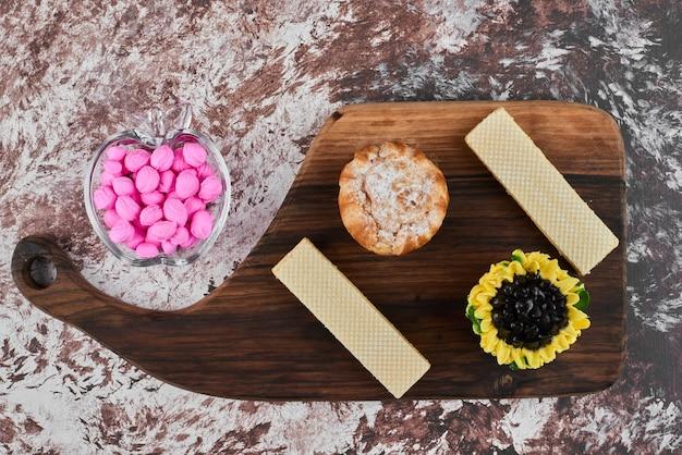 Blätterteig mit rosa bonbons und waffeln.