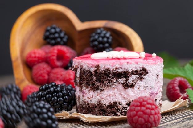 Blätterteig-schokoladenkuchen mit beerenfüllung