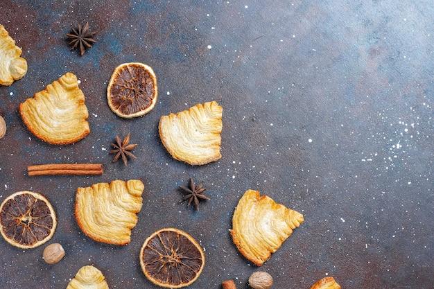 Blätterteigplätzchen in weihnachtsbaumform.