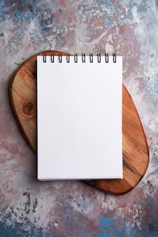 Blanc-papiernotizbuch und holz auf kunst