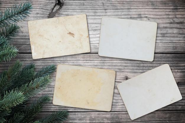 Blank foto frame album - leere alte instant fotos papier auf holz tisch in weihnachten. topview, vintage und retro style