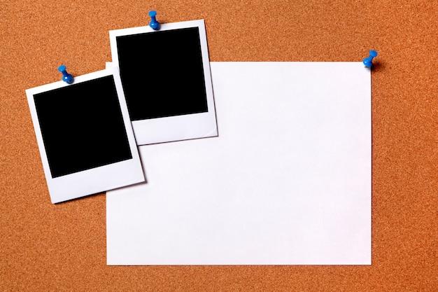 Blank fotoabzüge und normalpapier plakat zu einem kork brett raum für die kopie festgesteckt