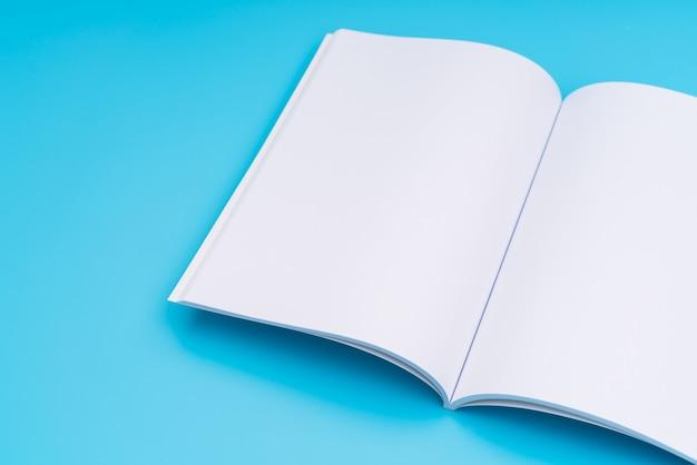 Blank katalog, zeitschriften, buch mock up auf blauem hintergrund. .