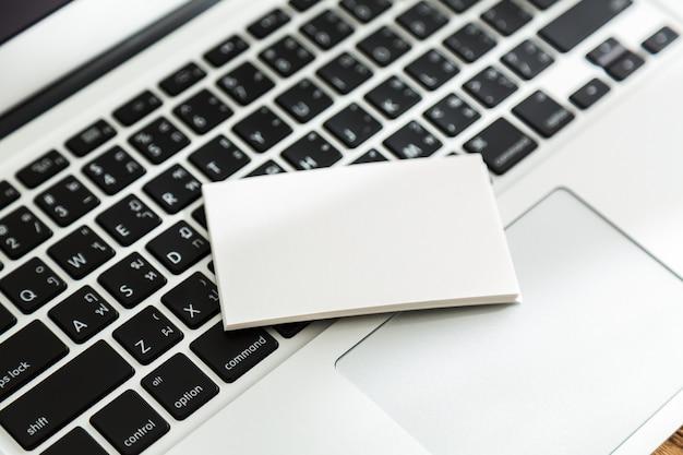 Blanko-papier auf einer tastatur