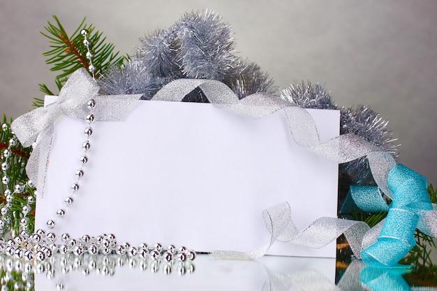 Blanko-postkarte und dekor auf grauer oberfläche