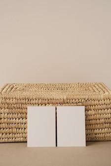 Blankopapier-blattkarten mit mockup-kopienraum. ästhetische minimale geschäftsvorlage