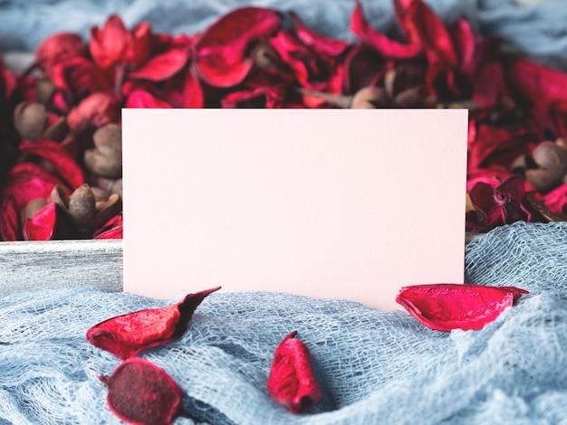 Blankopapier hinweis zum valentinstag und blütenblätter
