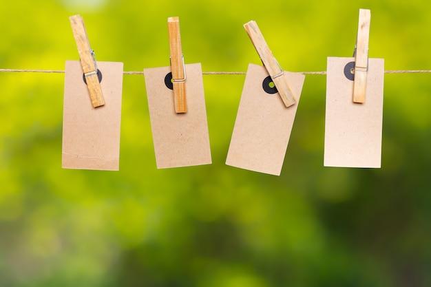 Blankopapier notizen mit kopie platz am seil festgesteckt