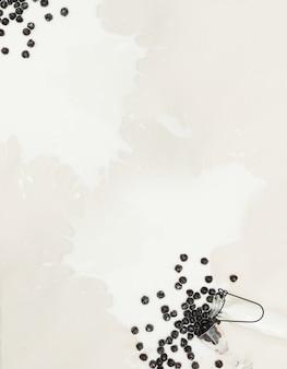 Blasenmilchtee spritzte auf kattunhintergrund