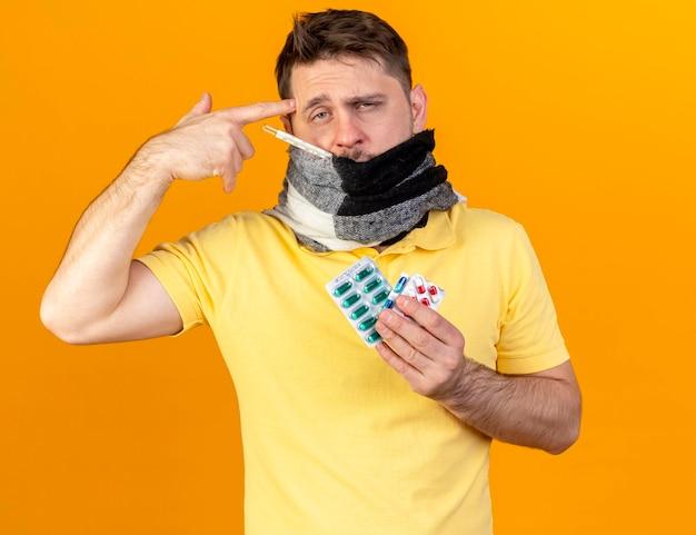 Blasser junger blonder kranker slawischer mann, der mund mit schal bedeckt