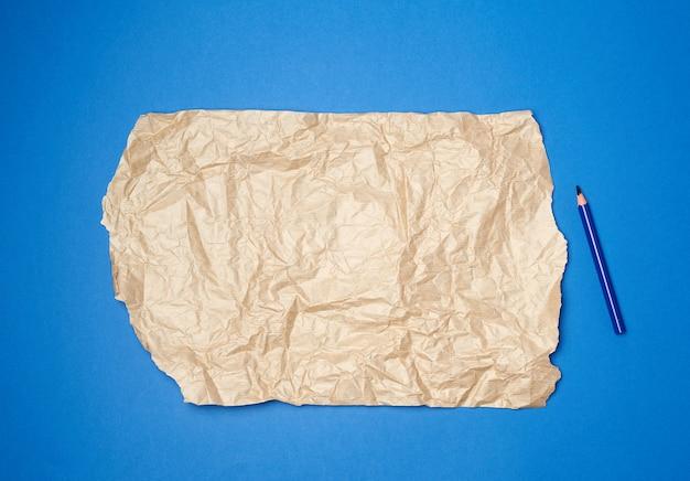 Blatt braunes zerknittertes papier zum verpacken