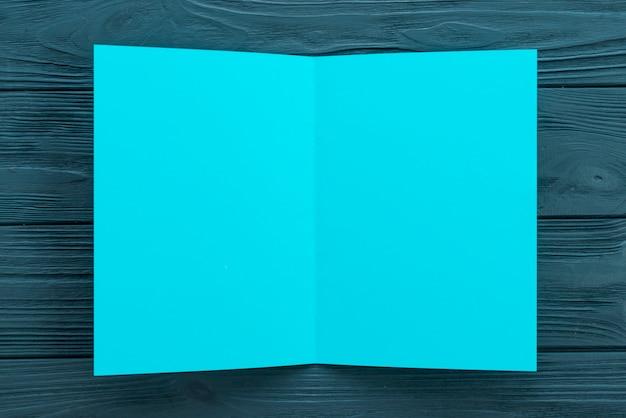 Blatt des leeren papiers auf tabelle
