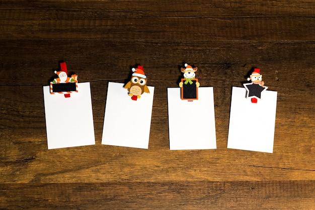 Blatt des leeren papiers mit weihnachtsthema-büroklammer