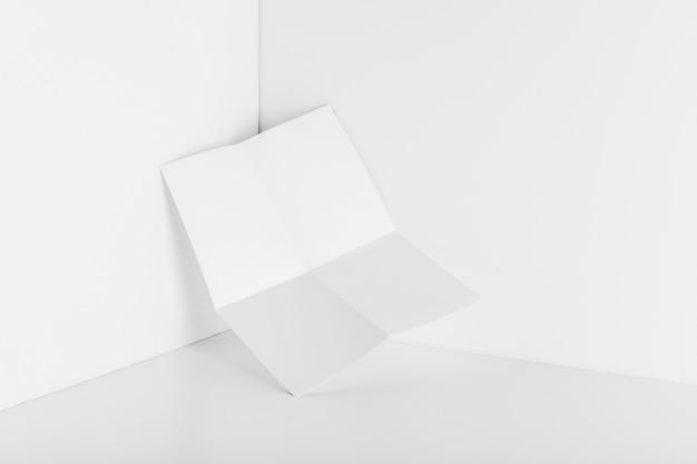 Blatt papier in der ecke des raumes