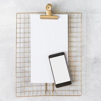 Blatt papier mit smartphone