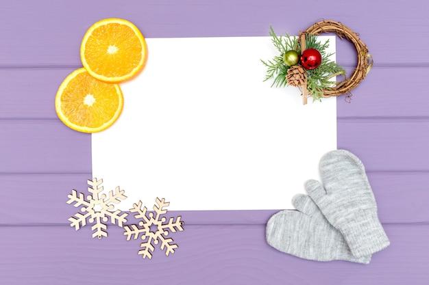 Blatt papier verspotten oben mit weihnachtsdekorationen