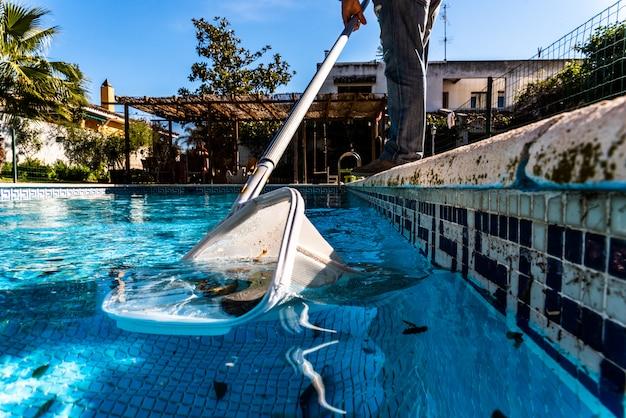 Blatt-skimmer-rührstange im pool.