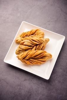 Blattform oder laccha mathri oder mathiya ist ein rajasthani tea time snack. es ist ein frittierter blätterteig aus dem nordwesten indiens