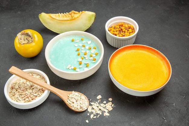 Blau gefrorenes dessert der vorderansicht mit kürbissuppe auf dunklem tischmilchgetreide