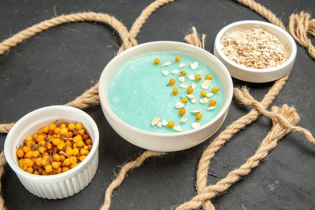 Blau gefrorenes dessert der vorderansicht mit seilen auf dunkler tischeisfarbe