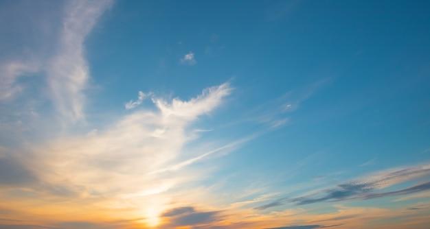 Blau mit orange sonnenuntergangshimmel. panorama