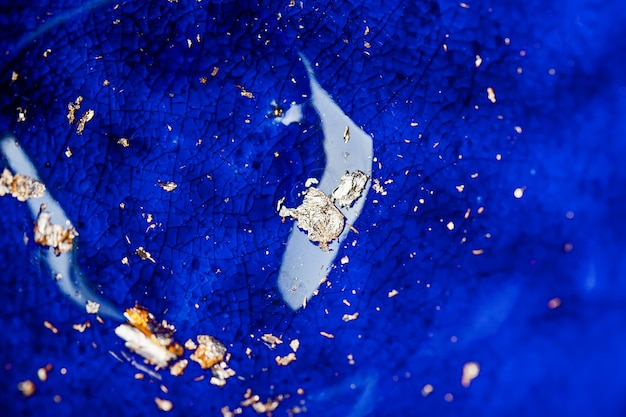 Blau rissige emailoberfläche mit goldenen flecken