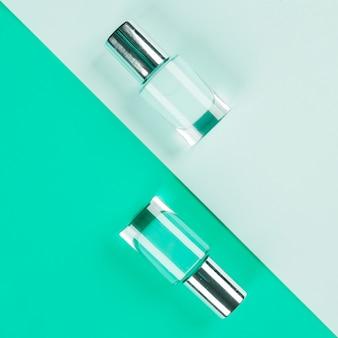 Blau und minze farbige nagellackflaschen auf papier farbigem hintergrund
