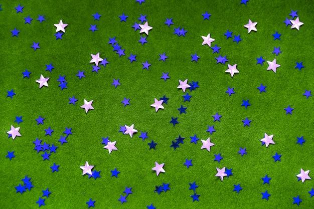 Blau und silber funkelt sterne auf einem hellgrünen hintergrund