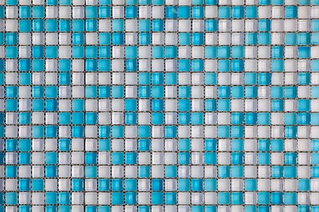 Blau und weiß farbige mosaikhintergrundfliesen. schließen sie herauf das säubern des blauen und weißen mosaikfliesenduschwand-beschaffenheitshintergrundes