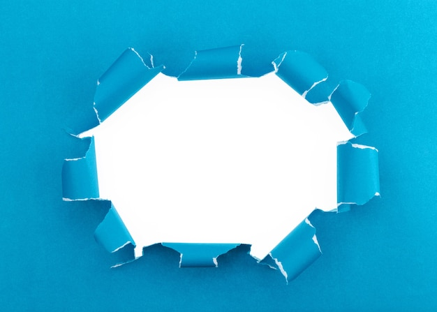 Blau zerriss offenen papierhintergrund, platz für ihre mitteilung auf heftigem papier
