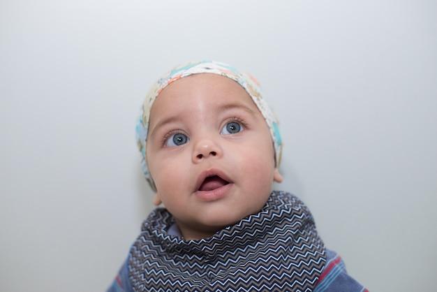 Blauäugiges baby mit bandana auf kopf