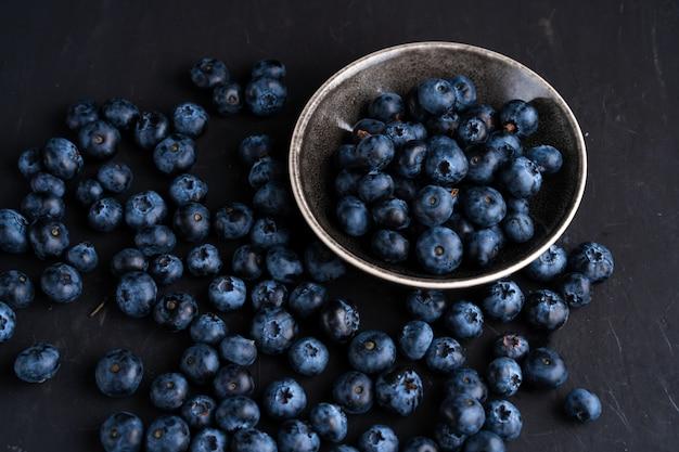 Blaubeer-antioxidans-bio-superfood im keramikschalenkonzept für gesunde ernährung und diäternährung