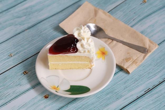 Blaubeer-käsekuchen hausgemachter kuchen auf weißem teller und löffel, süße dessertbäckerei-fruchtcreme und käsekuchen