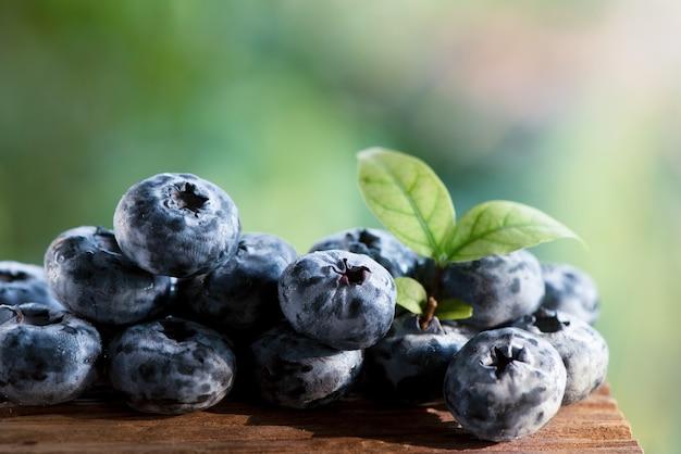 Blaubeer- oder cyanococcus-früchte auf natürlichem.