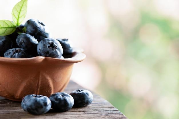 Blaubeer- oder cyanococcus-früchte auf natürlichem. Premium Fotos