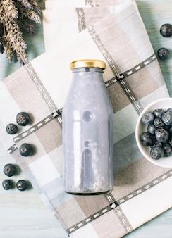 Blaubeer-smoothie flach auf ein tuch legen