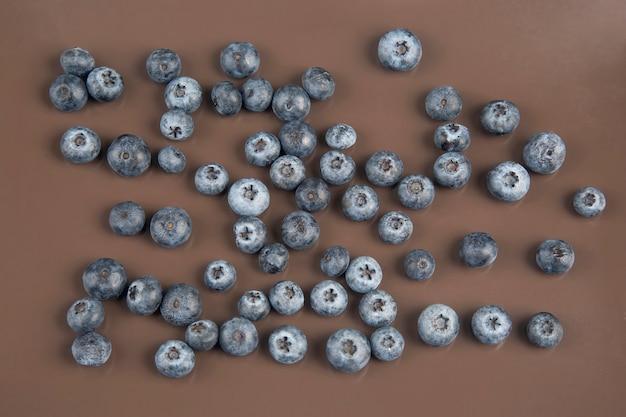 Blaubeerbeere auf einem braunen tisch. vitamin essen