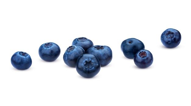 Blaubeere getrennt auf weiß. ein stapel von frischen blaubeeren, nahaufnahme, sammlung