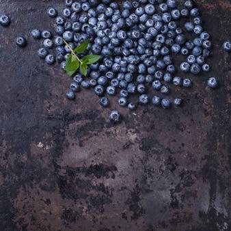 Blaubeeren auf einem dunklen hintergrund