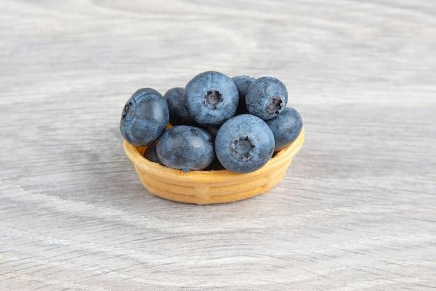 Blaubeeren in einem waffelkorb. vitamine und gesunde lebensmittel