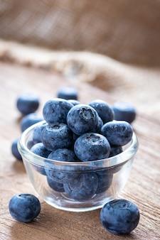 Blaubeeren in einer glasschale frisches obst mit wassertropfen