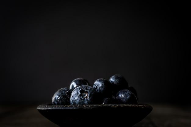 Blaubeeren mit dunklem hintergrund. foto mit dunklem essen. moody food foto