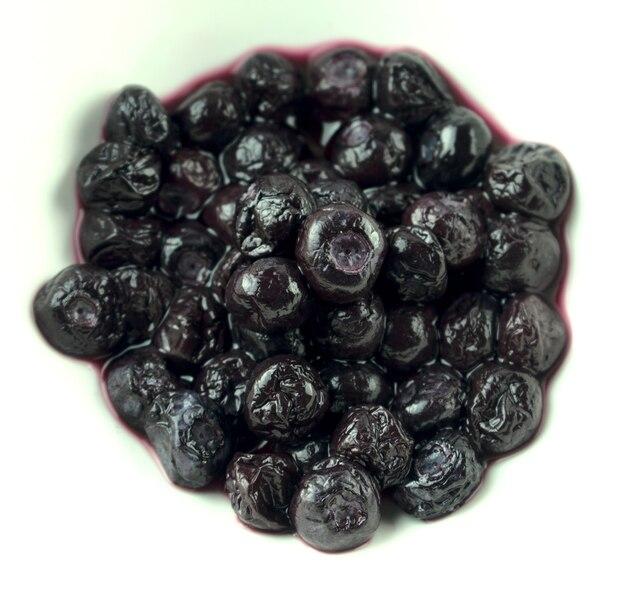 Blaubeeren saftig breiig isoliert auf weißem hintergrund essen oder konservierung konzept