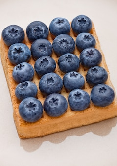 Blaubeeren und süße waffeln auf platte