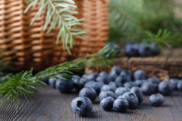 Blaubeermarmelade mit frischen blaubeeren und minze. marmelade auf löffel und glas