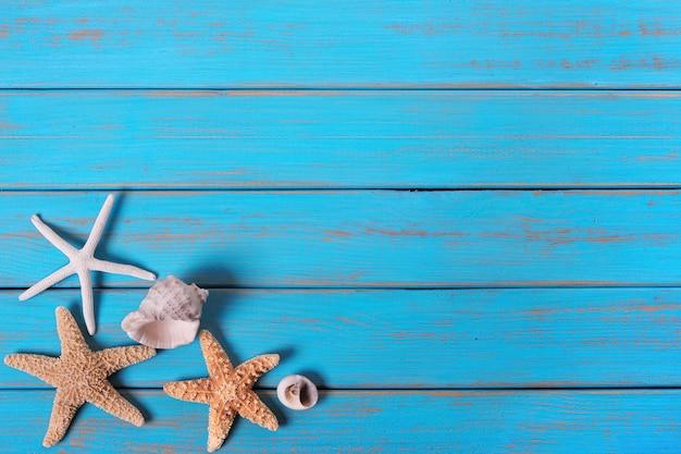 Blaue alte hölzerne farbenschale der sommerstrandküste-starfish